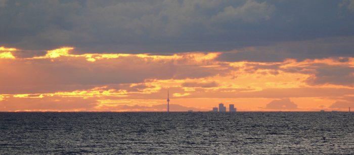 Vue de Toronto depuis la rive opposée du Lac Ontario
